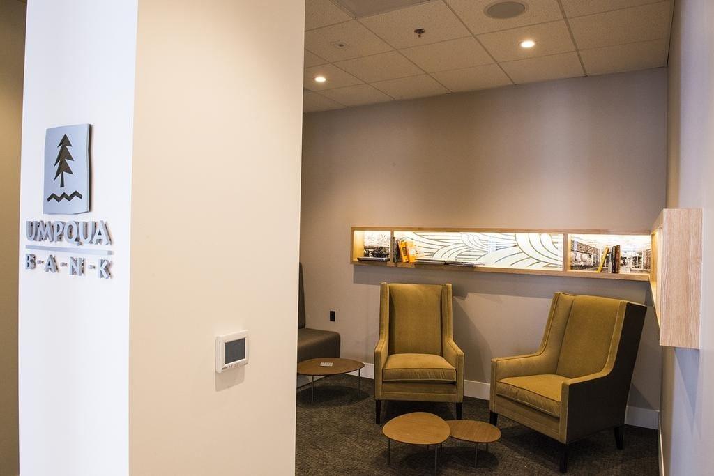 Umpqua Bank, reinventando la oficina bancaria: sillores y salitas de espera