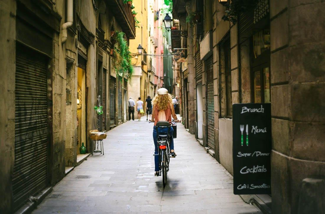 El barrio implica una transferencia de estatus hacia sus espacios comerciales, como en el Barrio Gótico en Barcelona